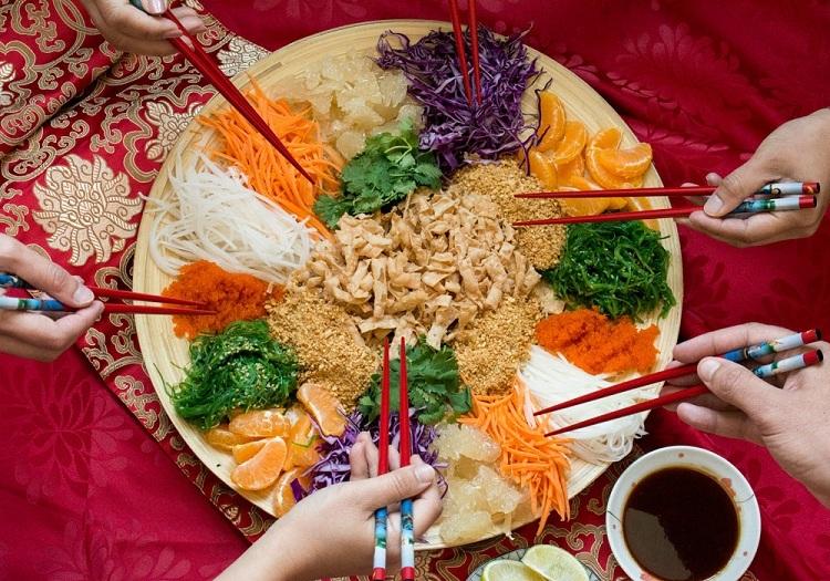 Singapore và Malaysia: Gỏi cá thịnh vượng - Yu Sheng  Trong bữa ăn đầu năm của Singapore và Malaysia đều có chung một món ăn truyền thống là Yu Sheng. Gỏi cá thường được dùng làm món khai vị để mang đến sự may mắn, giàu sang cho gia chủ.  Món này làm từ cá hồi tươi kết hợp với các loại trái cây, rau củ như bưởi, đu đủ, củ cải, cà rốt thái sợi, rau sống, đậu phộng, vừng (mè)... Để thưởng thức món ăn này đúng nghĩa, người ăn sẽ xới món ăn lên càng cao càng tốt và trộn đều với nước sốt từ quả mận và thưởng thức.