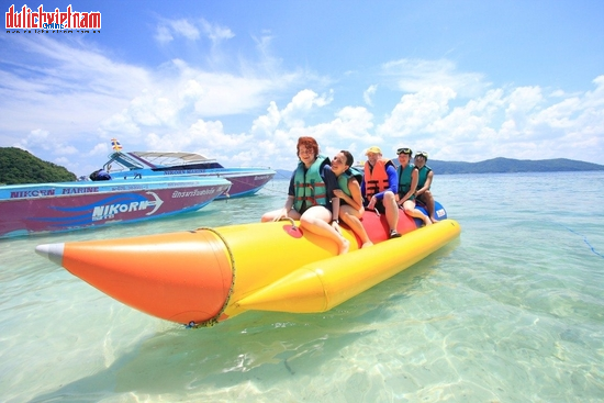 Du khách tự do vui chơi trên đảo Coral.