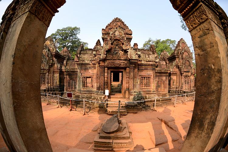Campuchia thu hút du khách bởi những ngôi đền, chùa cổ kính.