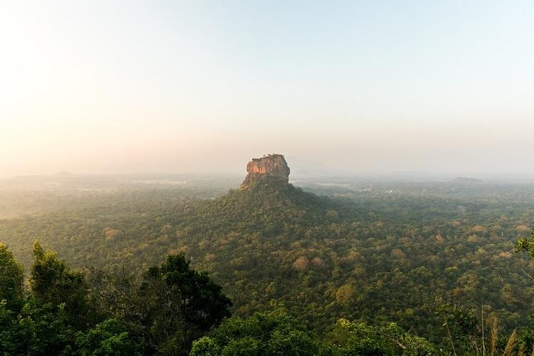 Sri Lanka Quốc gia nhỏ bé này sở hữu nhiều di sản văn hóa thế giới gắn liền với Phật giáo. Đặc biệt nhất là đền thờ động Dambulla chứa nhiều bức tượng và tranh vẽ về cuộc đời của đức Phật, được UNESCO công nhận là di sản văn hóa thế giới. Chuyến hành hương còn đưa bạn tham quan pháo đài cổ Sigiriya, tượng Phật Samadhi Buddha trong tư thế ngồi tham thiền, Sri Maha Bodhi với cây bồ đề hơn 2200 năm tuổi, đền thờ Xá Lợi Răng Phật...Ảnh: Egle Sidaraviciute/Unplash.