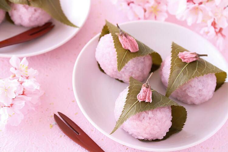 Bánh mochi anh đào có màu hồng bắt mắt và gói bằng lá cây. Ảnh: Nick Colaccino.