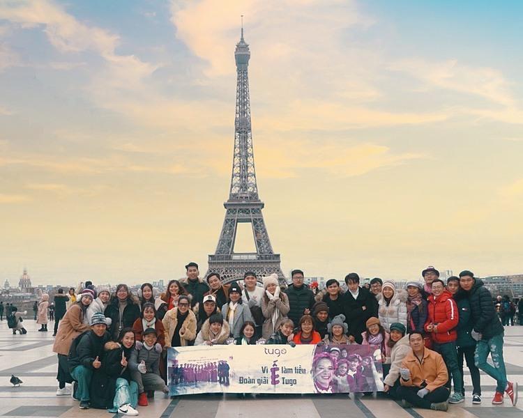 Nhân viên công ty chụp ảnh kỷ niệm tại tháp Eiffel. Ảnh: Tugo.