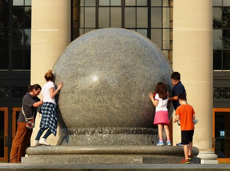 Khách tham quan thử xoay khối cầu 29 tấn. Ảnh: Kipp Teague/Flickr.