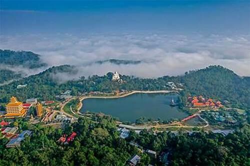 Đối với các du khách yêu thích hành hương, chùa Phật Lớn là một trong những điểm đến thu hút rất nhiều phật tử bởi nơi đây được mệnh danh là một trong những ngôi chùa linh thiêng bậc nhất Việt Nam. Chùa Phật Lớn cũng là nơi thờ phượng pháp bảo hy hữu và linh hiển của Phật giáo là tháp xá lợi - tháp cất giữ xá lợi của đức phật Di Lặc được cung nghinh từ Ấn Độ xa xôi.
