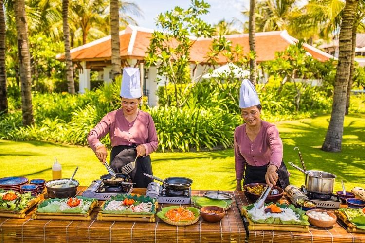Lễ hội đón Tết, The Anam Cam RanhTừ ngày 17 đến 28/1/2020, khu nghỉ dưỡng bên biển sẽ tổ chức chuỗi các hoạt động đón Tết như chương trình múa lân, viết thư pháp, triển lãm hơn 100 mặt nạ, biểu diễn nhạc truyền thống, với các loại nhạc cụ dân tộc như đàn Tranh, đàn Hồ và Trung. Tối 24/1 (30/12 âm lịch), khách có thể tham gia chương trình Món ngon mẹ nấu, để thưởng thức các món ăn mang hương vị truyền thống như bún bò Huế, bánh xèo, bò nướng lá lốt ở Làng Việt. Những đầu bếp chính là mẹ của các nhân viên trong chính khu nghỉ dưỡng, vì vậy các món ăn sẽ mang chuẩn hương vị nhà làm.