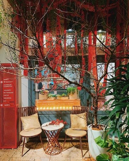Trill BistroQuán cà phê kết hợp nhà hàng tại địa chỉ 98 Hàng Buồm mở cửa xuyên Tết Nguyên Đán. Riêng ngày 24/1, quán mở cả ngàytới 3h sáng hôm sau. Với không gian rộng, mang phong cách thiết kế Á, Âu cùng các góc trang trí tiểu cảnh Tết, quán là địa điểm chụp ảnh gợi ý cho khách. Đồ uống của quán có giá khoảng 40.000 - 90.000 đồng. Ảnh: Trill Bistro.