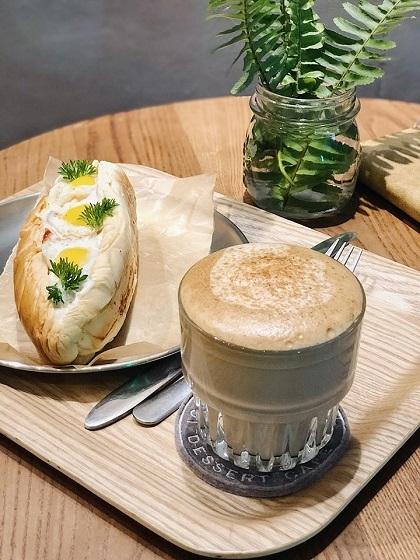 AROI Dessert CafeĐược mệnh danh là cafe 24/7, quán mở cửa xuyên đêm và phục vụ trong cả Tết Nguyên Đán. Quán có không gian rộng, ấm cúng với thiết kế màu trắng, ghi, thích hợp để họp mặt bạn bè dịp năm mới. Đồ uống và đồ ăn vặt ở quán có giá từ 35.000 - 110.000 đồng. Ảnh: AROI Cafe.