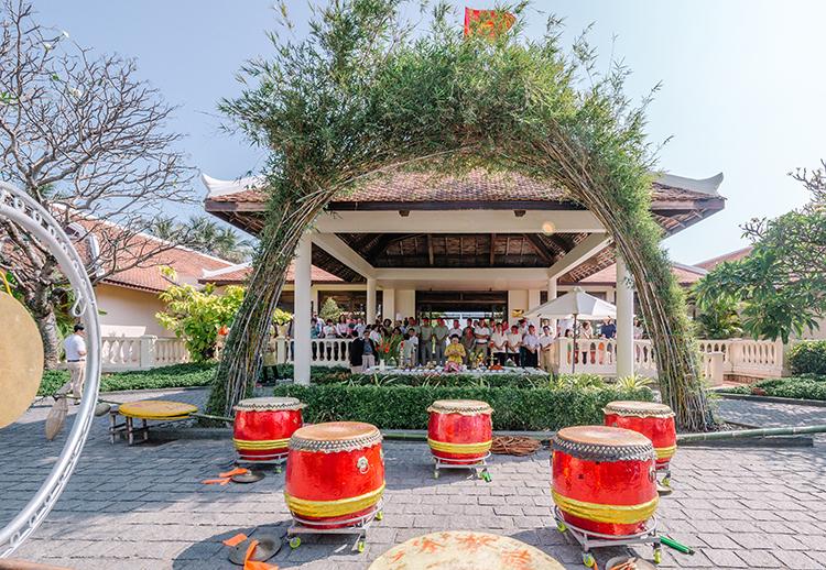 Cây nêu được dựng tại tiền sảnh khu nghỉ dưỡng Evason Ana Mandara.