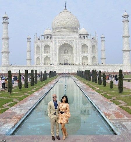 Jeff Bezos chụp ảnh cùng bạn gái Lauren Sanchez trước hồ nước dẫn đến lăng mộ Taj Mahal 339 năm tuổi ở Agra, Ấn Độ. Ảnh:AP.