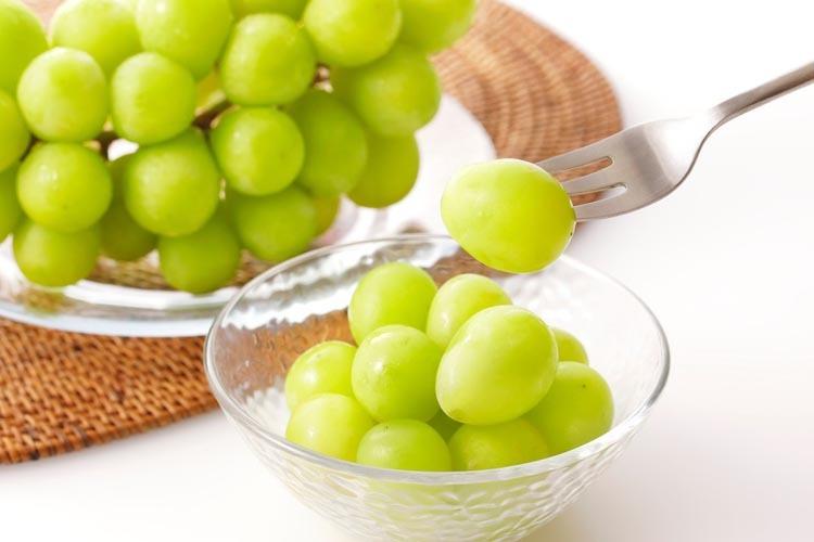 Nhiều người thắc mắc tại sao người Tây Ban Nha lại ăn nho, thay vì loại quả khác. Phương án thuyết phục đuọc nhiều người nhất vì nho nhỏ, nên mọi người có thể kịp ăn hết một quả trong khoảng thời gian đồng hồ điểm một tiếng. Ảnh: Expatica.