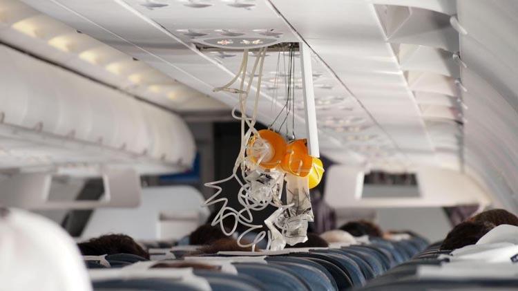 Trong phần hướng dẫn an toàn bay trước khi máy bay cất cánh, tiếp viên luôn khuyên hành khách trong trường hợp máy bay gặp sự cố, mọi người nên đeo mặt nạ oxy cho mình trước rồi mới hỗ trợ người ngồi cạnh. Ảnh: Alamy.