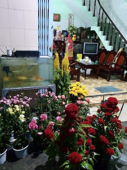 Vợ chồng anh Minh trang hoàng nhà ba với hoa tươi. Ảnh:NVCC.