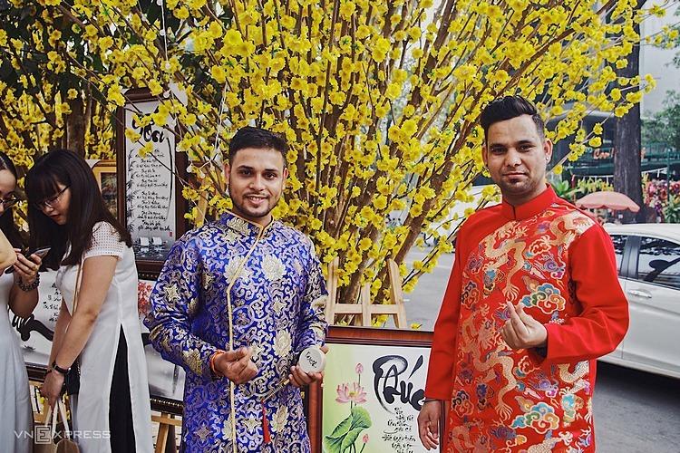 Khách nước ngoài mặc áo dài đi chơi Tết tại TP HCM. Ảnh:Tâm Linh.