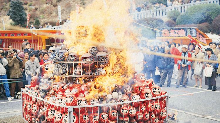 Nghi lễ Daruma Kuyo - đốt Daruma vào ngày đầu năm trong đền chùa. Ảnh:Japan Highlights Travel.