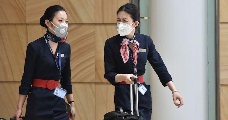 Tiếp viên hàng không đeo khẩu trang để ngăn ngừa nguy cơ nhiễm virus corona khi làm việc. Ảnh:En24.