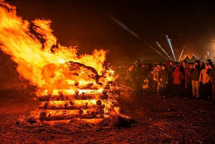 Điểm nổi bật trong lễ hội là đốt cháy ngôi nhà trăng được dựng cây thông và một số loại gỗ khác. Ảnh: Jeju Tourism Organization.