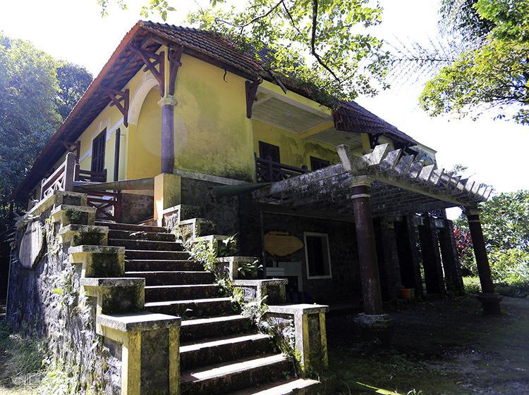 Nếu có thời gian, bạn có thể ghé ngắm nhìn kiến trúc của một số biệt thự bỏ hoang, từng là khu nghỉ dưỡng dành cho sĩ quan Pháp và giới thượng lưu Huế trên đỉnh Bạch Mã. Ảnh: Nguyễn Đông