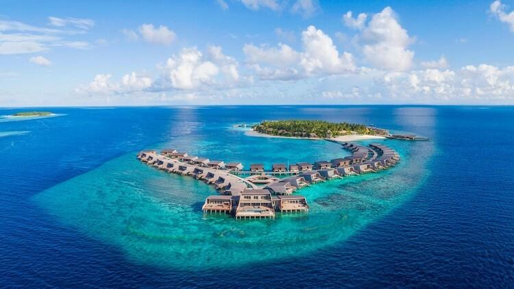 Khách sạn St.Regis ở Maldives muốn khách thư giãnthoải mái, thoát khỏi cuộc sống hối hả thường ngày bằng cách đẩy nhanh giờ lên một tiếng. Ảnh: The St. Regis Maldives Vommuli Resort.