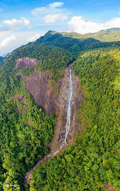 Theo hành trình, thác Đỗ Quyên là điểm đến tiếp theo, cách Ngũ Hồ khoảng 2-3km. Từ đỉnh thác có độ cao đến 300m, du khách thường ngồi nghỉ trên những mỏm đá nơi dòng nước chảy xuống thành thác và ngắm được toàn cảnh núi non thấp thoáng trong mây ngay cả những ngày nắng. Ảnh: Kelvin Long