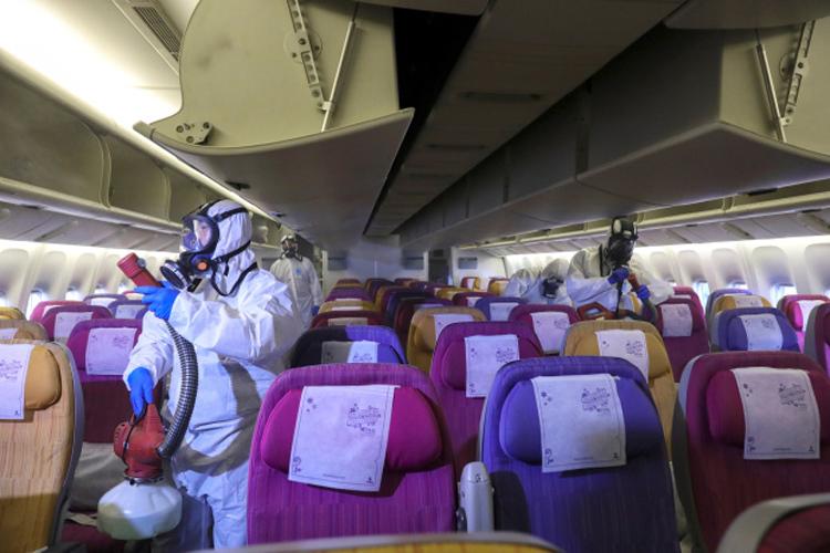 Phi hành đoàn Thai Airwayskhử trùng cabin của một máy bay nhằm ngăn chặn sự lây lan của virusCoronatại sân bay quốc tế Suvarnabhumi, Bangkok, Thái Lan vào 28/1. Ảnh: AFP.