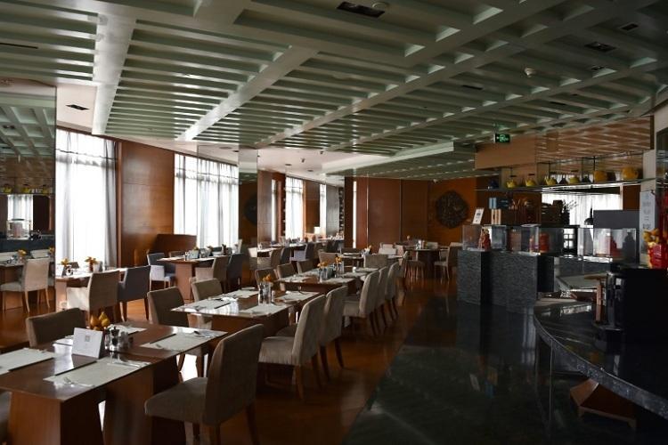 Nhà hàng trong khách sạn đóng cửa. Ảnh: Hector Retamal/AFP.