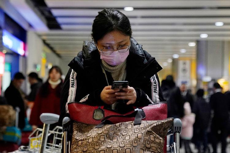 Hành khách tại sân bay Heathrow, London, Anh dịp Tết nguyên đán. Ảnh: Will Oliver/EPA.