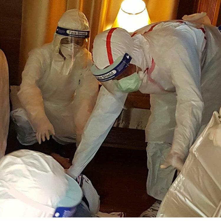 Pháp y thu thập bằng chứng từ phòng khách sạn ở huyện Mae Rim, Chiang Mai, nơi một phụ nữ Trung Quốc 32 tuổi được tìm thấy đã chết vào ngày 29/1. Ảnh: Panumet Tanraksa/Bangkok post.