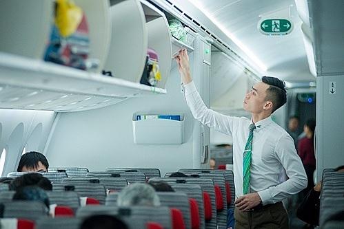 Tiếp viên Bamboo Airways nỗ lực phục vụ hành khách chu đáo.
