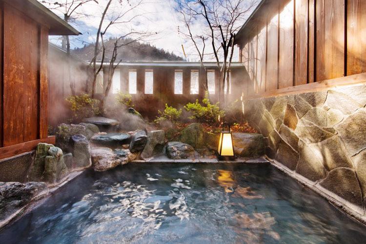 Tắm onsen thường có tầm nhìn hướng ra ngoài trời rất đẹp. Ảnh: Kashiwaya.