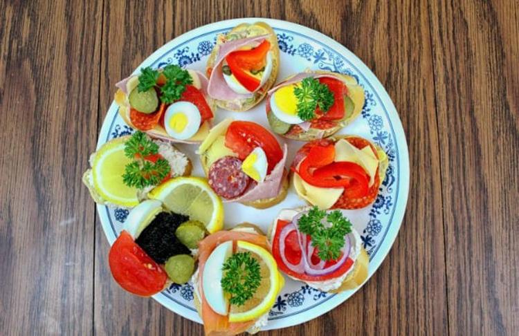 Món bánh chlebíčky thường được trang trí với nhiều màu sắc bắt mắt, người dân sử dụng trong bữa sáng, trưa và trong các nhà hàng sang trọng. Ảnh: