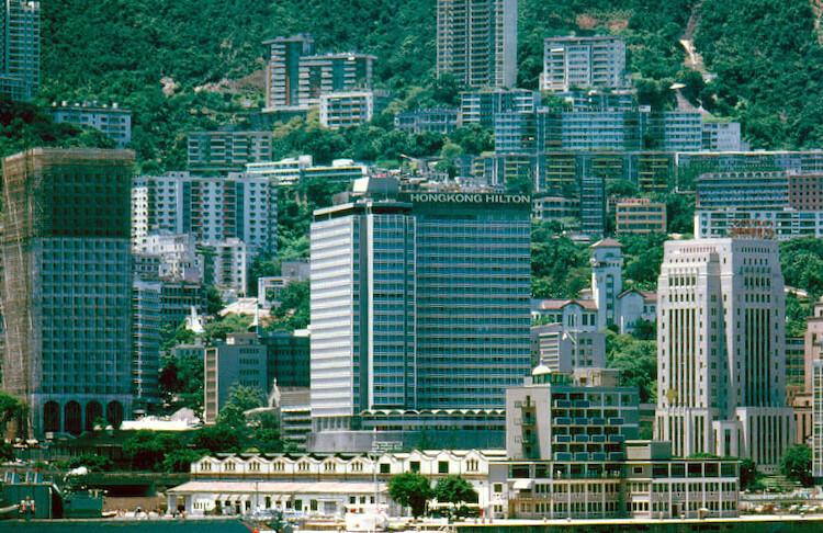 Hong Kong Hilton, khách sạn đã đóng cửa vào năm 1995, nay trở thành Trung tâm Cheung Kong. Những chiếc minibar được khai sinh từ đây vẫn tồn tại như một di sản trải khắp toàn cầu của nó. Ảnh: Vincent WK So/Flickr.
