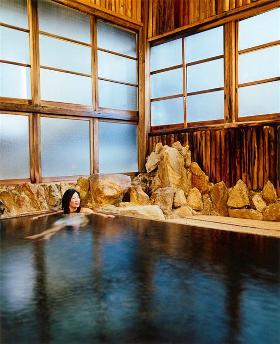 Nữ du khách tắm trong onsen tại một nhà trọ truyền thống ở Yunomine, một trong nhữngthị trấn Onsen lâu đời nhất ơ Nhật Bản. Ảnh: Lonely Planet.