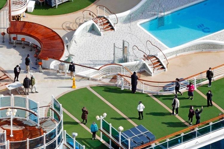 Hành khách đi dạo trên boong tàu. Ảnh: Sadayuki Goto/AP.