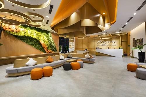 Khách sạn Ariyana SmartCondotel Nha Trang tọa lạc trên đường Trần Hưng Đạo, cách sân bay Cam Ranh khoảng 35,6 km do Công ty Cổ phần Du lịch Nhật Minh làm chủ đầu tư và quản lý.