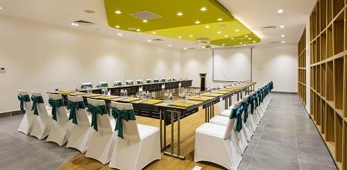 10. Khách sạn Ariyana SmartCondotel Nha Trang sở hữu phòng hội nghị trang trọng với sức chưa từ 45 đến 155 người và hệ thống trang thiết bị hiện đại.