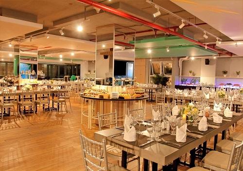 11. Tại Ariyana SmartCondotel Nha Trang, khách lưu trú có thể đến nhà hàng Sky View hoặc nhà hàng Deli Café để thưởng thức những món ăn nổi tiếng của địa phương cũng như các món ăn Âu, Á đa dạng.