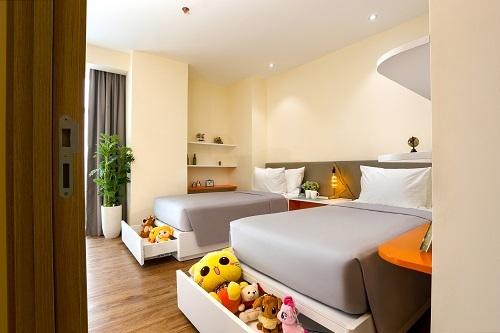 7. Các căn hộ dành cho 4 người lớn hoặc 2 người lớn và 2 trẻ em. Căn hộ có khu vực tiếp khách, khu vực bếp có bàn ăn, bàn làm việc. Phòng có buồng tắm đứng, vòi sen và ban công.