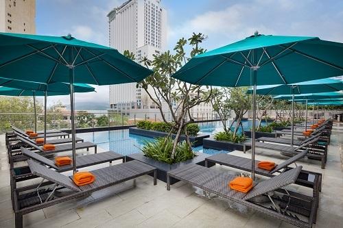 8. Khách sạn còn có hồ bơi ngoài trời ở tầng 5, được thiết kế với hai khu vực thoáng rộng phù hợp cho người lớn và cả trẻ nhỏ và có vách ngăn giữa hai hồ bơi.