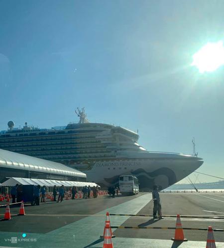 Hình ảnh con tàu Diamond Princess đậu tại cảng Yokohama hôm 20/1 được chị hạnh chụp qua cửa kính xe taxi, khi chị chuẩn bị về quê chồng. Lúc này hai vợ chồng đang rất buồn.Ảnh: Hạnh Trần.