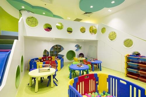 9. Tại khách sạn, trẻ em có thể đến khu vui chơi dành cho trẻ em miễn phí ở tầng 5 từ 8 giờ đến 20 giờ.