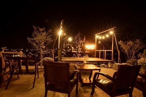 Quán cà phê Lululola Coffee+ mang phong cách tối giản, có nhiều góc để du khách chụp ảnh lưu niệm, ảnh cưới hoặc tổ chức những buổi tiệc ngoài trời.