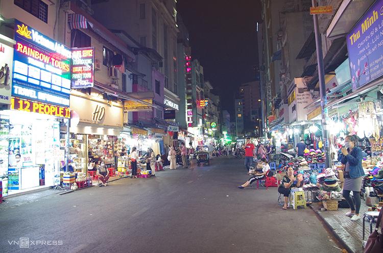 Các hàng quán ở khu phố mua sắm gần chợ Bến Thành gần như không có khách. Ảnh: Tâm Linh.