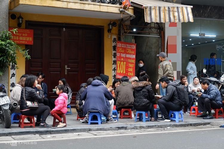 Do không có chỗ ngồi, nhiều người đến quán để mua mang về.