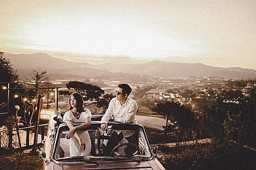 Một số cặp đôi chọn đến đây để chụp ảnh lưu niệm hoặc ảnh cưới.
