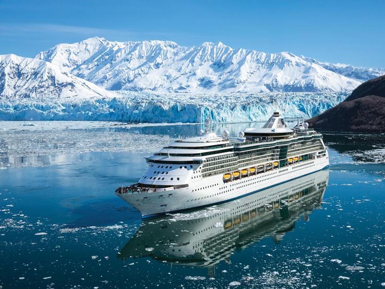 Việc chụp ảnh bằng điện thoại rất tiện lợi, và nhiều điện thoại ngày nay cũng chụp ảnh rất đẹp. Nhưng Jeff Giles, giám đốc thương mại của hãng Coral Expeditions cho biết hành khách nên mang theo máy ảnh và hỏi nhân viên trên tàu về những thời gian, vị trí chụp ảnh đẹp nhất trên tàu. Ảnh: Evergreen Cruises.