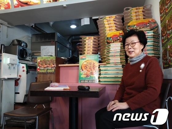 Bà chủ tiệm pizza Um Hang Ki. Trong phim, cả gia đình Kim Ki-taek kiếm tiền bằng cách gấp hộp cho một cửa hàng pizza. Bà chủ cho biết, hộp pizza do gia đình họ Kim gấpkhông phải bao bì tiệm đang dùng. Ảnh: News1.