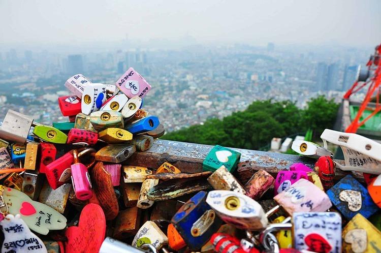 Hàng nghìn móc khóa bền chặt trên cây cầu dù mưa nắng. Ảnh: Linda.