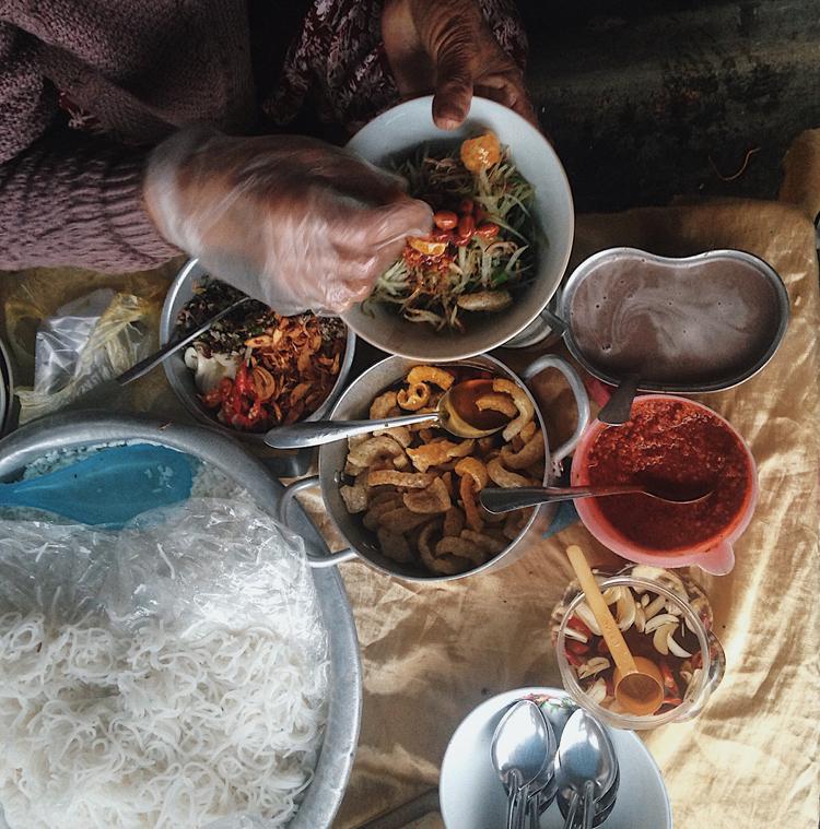 Gia vị ở một gánh cơm hến thường bao gồm: ớt tương, ớt màu, ớt dầm nước mắm, ruốc, muối rang, đậu phộng rang dầu, tóp mỡ, mì chính. Tất cả được đựng trong những hộp nhỏ, dì bán cơm hến lấy gia vị bằng những chiếc thìa nhỏ xíu, bàn tay thoăn thoắt mỗi thứ một ít.