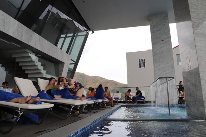 Khách từ Hàn Quốc và châu Âu vẫn nhộn nhịp tại khách sạn. Hồ bơi vô cực tại tầng 7 luôn là địa điểm được nhiều khách lưu trú yêu thích tại đây.