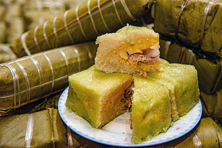 Bánh chưng, bánh dày Đây được coi là hai loại bánh lâu đời nhất của Việt Nam, gắn với truyền thuyết cúng trời đất của người Việt từ xa xưa. Bánh chưng hình vuông tượng trưng cho đất, bánh dày hình tròn tượng trưng cho trời.Vào dịp Tết Nguyên đán, việc gói, nấu và cúng bánh chưng đã trở thành một nét văn hóa của người Việt. Chiếc bánh chưng truyền thống là bánh mặn, có nguyên liệu gồm gạo nếp, đậu xanh, thịt lợn và gói bằng lá dong. Khi cúng hay biếu, người Việt có lệ tặng cả cặp bánh chứ không để lẻ. Ảnh: Thanh Huế.